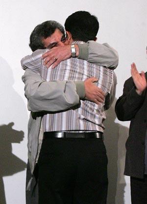 حسن قائدی جایزه خود را به حسین پرتوی اهداء کرد