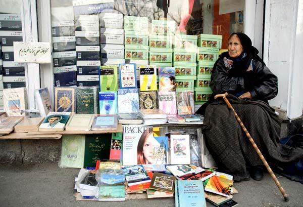 نیما اسماعیل پور، کتاب فروش دوره گرد،روبروی دانشگاه تهران، اردیبهشت۱۳۸۶