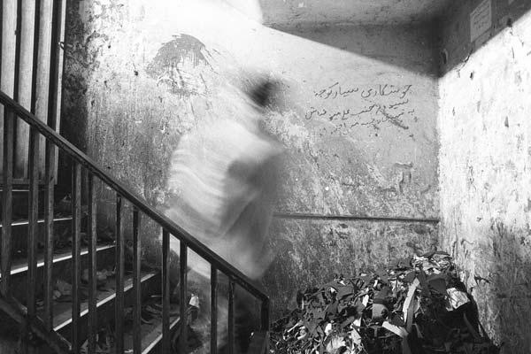 کارگاه کفشهای زنانه – عکاسی آنالوگ – ۵۴×۳۶ سانتیمتر – ۱۳۷۴ – عکس ۱
