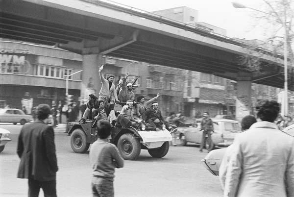 روزهای انقلاب – عکاسی آنالوگ – ۳۶×۲۴ سانتیمتر – ۱۳۵۷ – عکس ۶