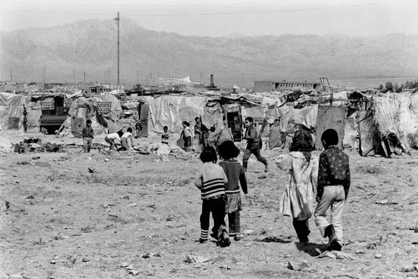 از مجموعه حلبی آباد. عکاسی آنالوگ . ۴۵×۳۰ سانتیمتر . ۱۳۵۶