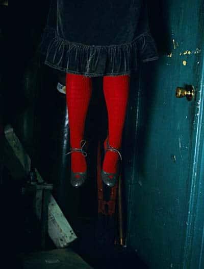 حرف هفتم: زنی با جوراب شلواری قرمز