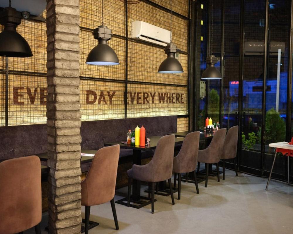 نیوشا توکلیان. تا پیش از شیوع ویروس کرونا، این رستوران محبوب همیشه پر از مشتری بود، اما حالا خالی است.