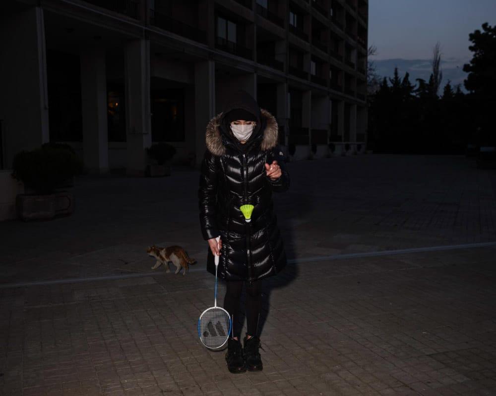 نیوشا توکلیان. خواهر عکاس، که از ماندن در خانه خسته شده، با ماسک بیرون آمده تا با دوستانش بدمینتن بازی کند.