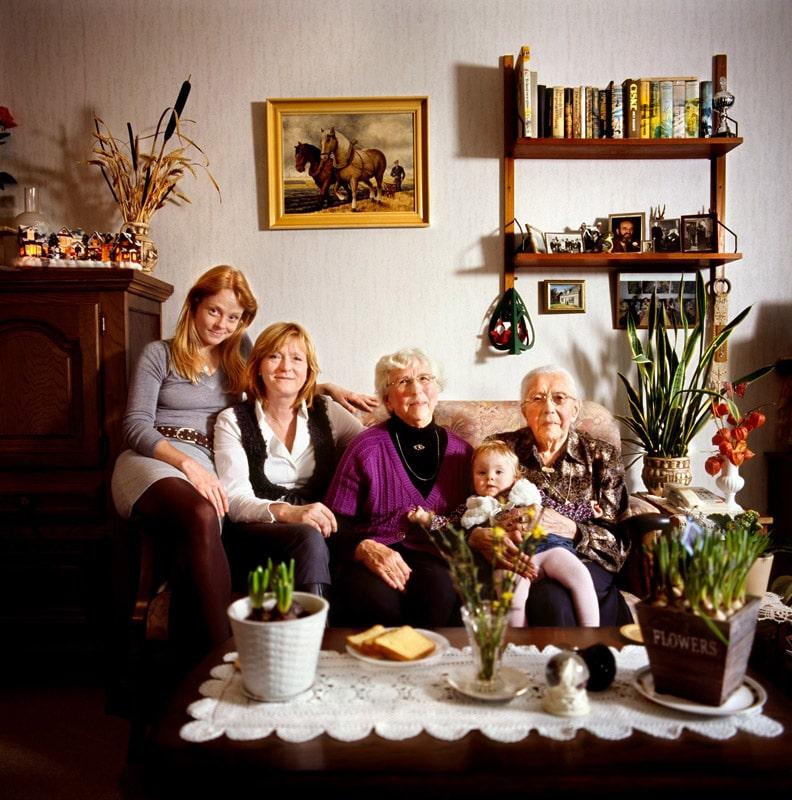 Marieke Van Der Velden از هلند. ماریا (101 ساله)، نیلتی یاکُبا (76 ساله)، اِلما (51 ساله)، ناندا (30 ساله) و اِوی (هنوز یک سالش نشده)، از مجموعهی « Dutch Matryoshka's »