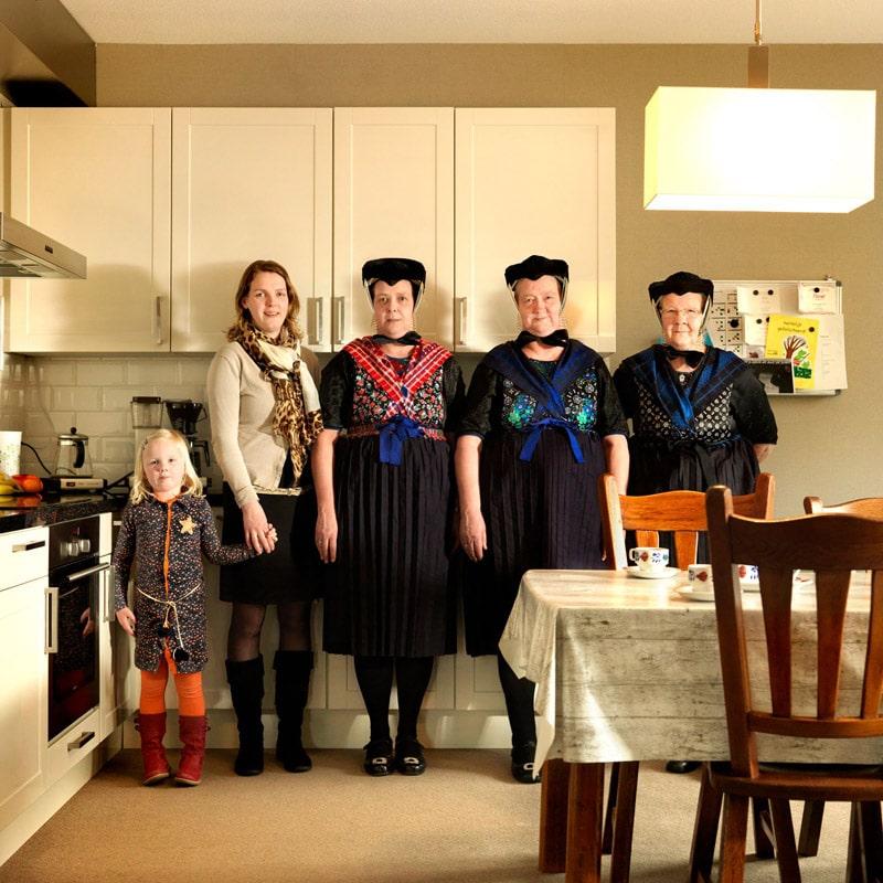 Marieke Van Der Velden از هلند. آلتیه (88 ساله)، نیسیه (68 ساله)، آلتیه (48 ساله)، رنسیه (30 ساله) و مالو (5 ساله)، از مجموعهی « Dutch Matryoshka's »