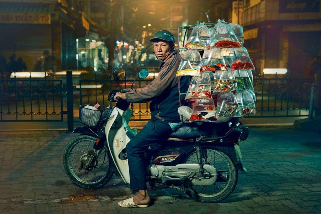 Jon Enoch از بریتانیا. ماهیفروش و موتورش در هانوی، ویتنام