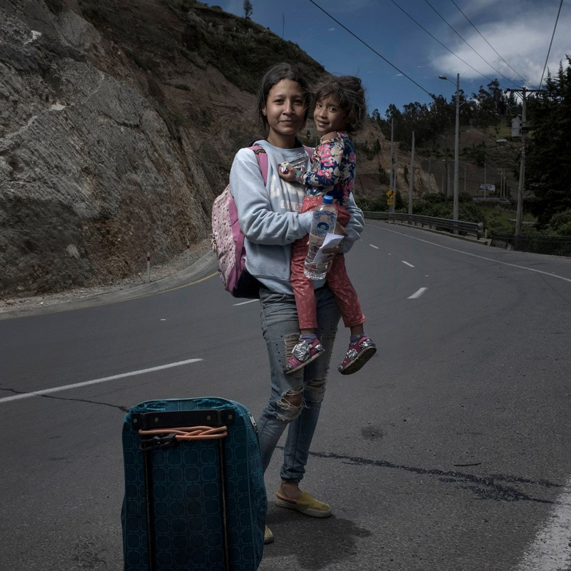 Josh Estey از آمریکا. سینای 17 ساله و دخترش نیکول 4 ساله، آمادهی وارد شدن به کشور اکوادور با پای پیاده. او گفته: «در مرز ونزوئلا همهی مدارکمان را دزدیدند. مردی ساکمان را گرفت و گفت کمکمان میکند اما بعد غیبش زد. ما الآن هیچ مدرکی نداریم و به خاطر همین اتوبوسها سوارمان نمیکنند. تنها راه چاره پیادهروی است.» از مجموعهی «ما حیوان نیستیم—پناهندگان زن ونزوئلایی»
