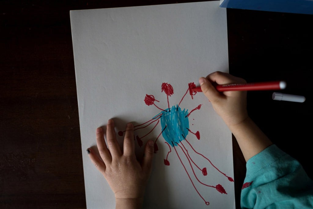 Marzio Toniolo از رویترز. دختربچهای با نام بیانکا تونیولو در حال نقاشی کردن ویروس کرونا در دوران قرنطینه خانگی.