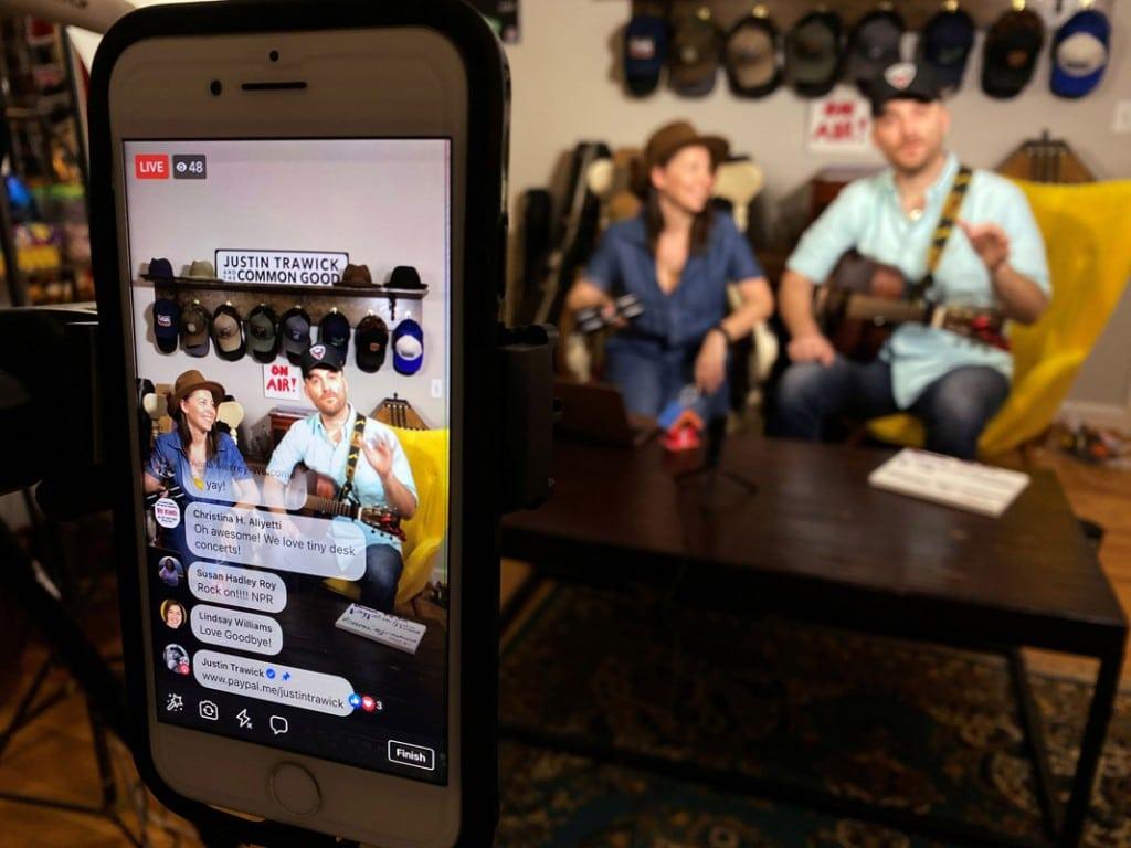 Kevin Fogarty از رویترز. Justin Trawick و دوست دخترش Lauren LeMunyun در حال برگزاری کنسرتی خانگی از طریق لایو فیسبوک، پس از لغو گردهمآییهای عمومی در واشینگتن بهعلت شیوع کرونا. 15 مارس 2020