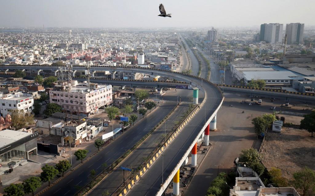 Amit Dave از رویترز. نمایی از خیابانهای خالی شهر احمدآباد هند طی منع رفتوآمد 14 ساعته، 22 مارس 2020