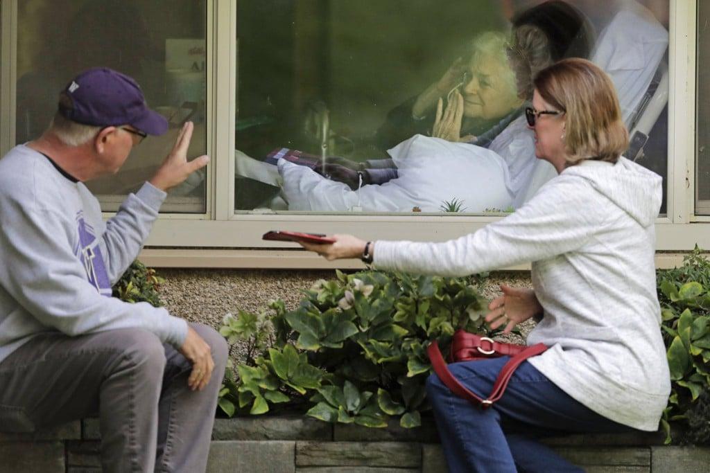Ted S. Warren از اسوشیتدپرس. جودی شِیپ بیمار کرونایی در حال فرستادن بوسهای از پشت شیشه برای دختر و دامادش. آنها اجازه ندارند از درون اتاق او را ملاقات کنند.