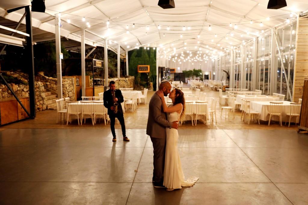 Ronen Zvulun از رویترز. زوج اسرائیلی مراسم ازدواجشان را در سالنی خالی برگزار میکنند. مرکزEin Hemed Forest Wedding Venue  به زوجهای جوانی که بهعلت شیوع کرونا نمیتوانند مراسم عروسیشان را طبق برنامه برگزار کنند امکان داده تا بهصورت رایگان مراسم ازدواج کوچک و سادهای در آنجا برگزار کنند. 18 مارس 2020