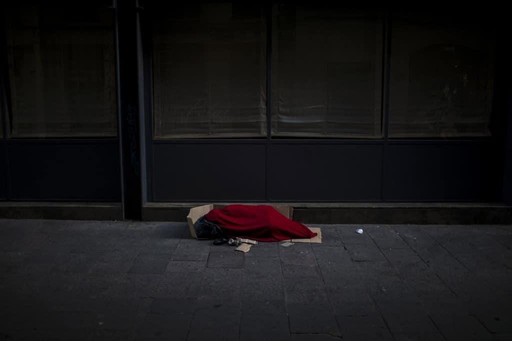 Emilio Morenatti از اسوشیتدپرس. مردی پیچیده درون پتو در خیابانی خالی در باسلونا، اسپانیا. بیخانمانها در دوران کرونا منزویتر از قبل شدهاند.