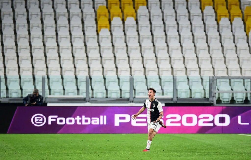 Massimo Pinca از رویترز. پائولو دیبالا از تیم فوتبال یوونتوس در حال شادی پس از گل دومش به تیم اینترمیلان در ورزشگاه خالی آلینز تورین در ایتالیا در دوران شیوع کرونا. 8 مارس 2020