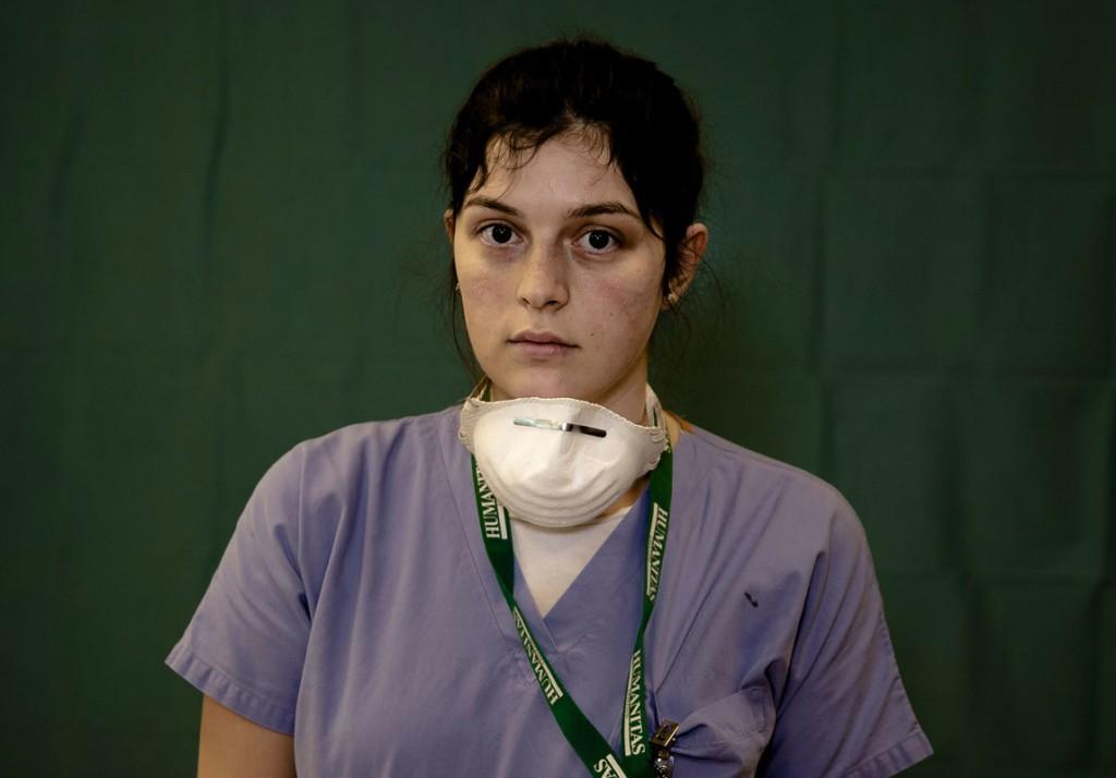 Antonio Calanni از اسوشیتدپرس. لوچیا پرولاری 24 ساله، پرستار بخش مراقبتهای ویژه بیمارستان Humanitas Gavazzeni در برگامو ایتالیا، در پایان شیفت جمعهاش، در دوران اوج همهگیری کرونا و فوتشدن بیماران کرونایی در ایتالیا،  27 مارس 2020. خستگی چشمان این پرستار و رد ماسک روی گونههایش مشهود است.
