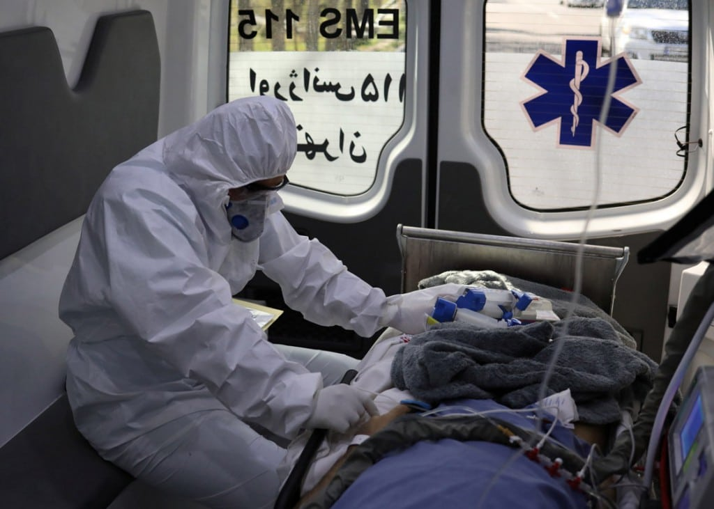 علی خارا از آژانس خبری غرب آسیا (WANA). کارمند اورژانس پزشکی درون آمبولانس در حال انتقال یک بیمار کرونایی به بیمارستان مسیح دانشوری تهران. 30 مارس 2020
