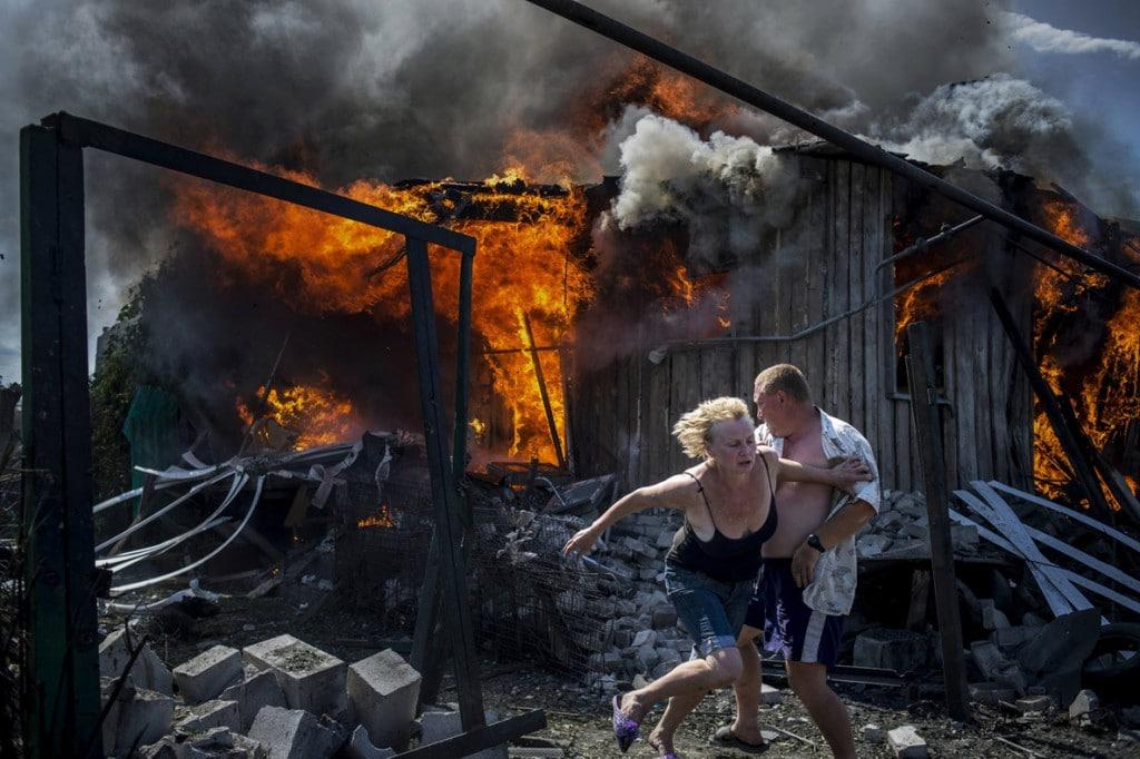 Valery Melnikov. روزهای سیاه اوکراین (شهروندان در حال فرار از آتش خانهای که در حملات هوایی نابود شده)، رتبه اول بخش ادیتوریال (خبری) مسابقه عکاسی بوداپست 2019