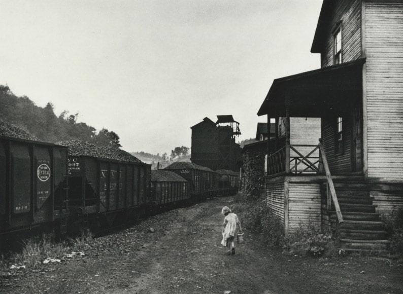 مارین پُست-وُلکات. دختر یک معدنچی بیکار در حال بردن نفت، 1938