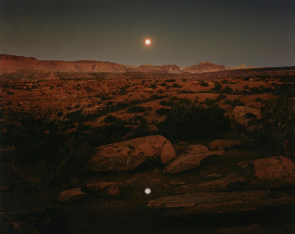 جان فال. طلوع ماه بر فراز پایپَن، پارک ملی کپیتلریف، 1977. از مجموعهی «مناظر تغییریافته» (1981)