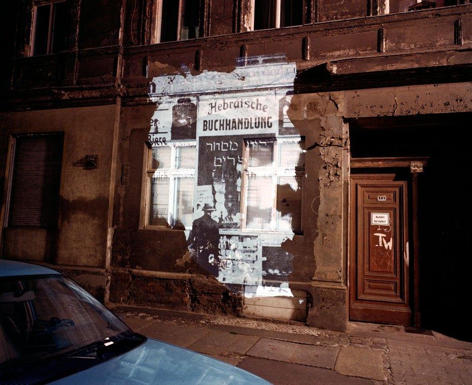 شکل 7. شیمون آتی (Shimon Attie)، «نوشتن روی دیوار» (The Writing on the Wall)، برلین، آلمان، ۱۹۹۱-۱۹۹۲