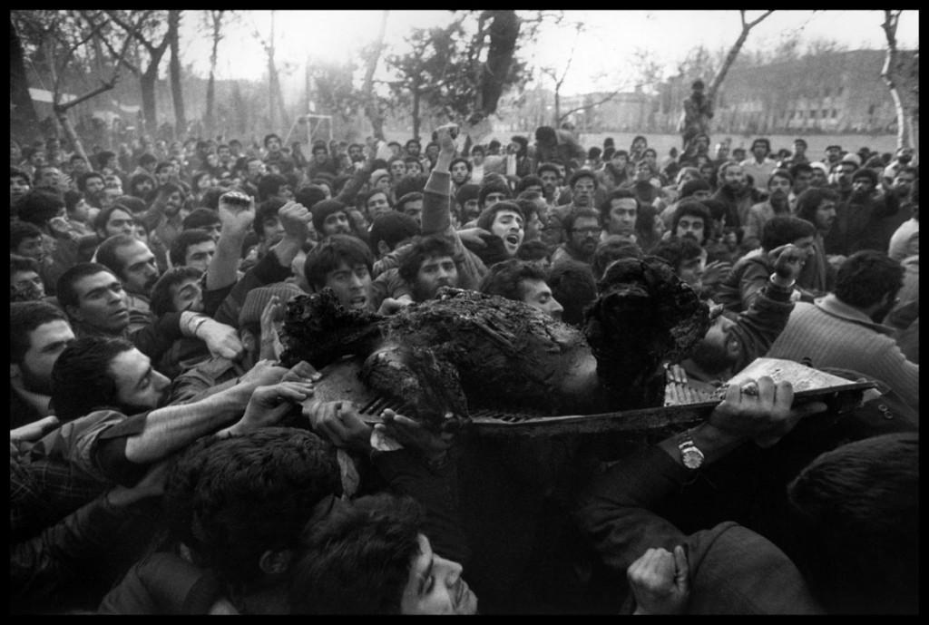 عباس عطار. انقلابیها بدن سوختهی فردی را که ظاهراً روسپی بوده بهنشان شناعت رژیم شاه در خیابان میگردانند. آنها کمی پیش از این، منطقهی «قلعه» را با «آتش تطهیرگر اسلام» به آتش کشیده بودند، تهران، 1979