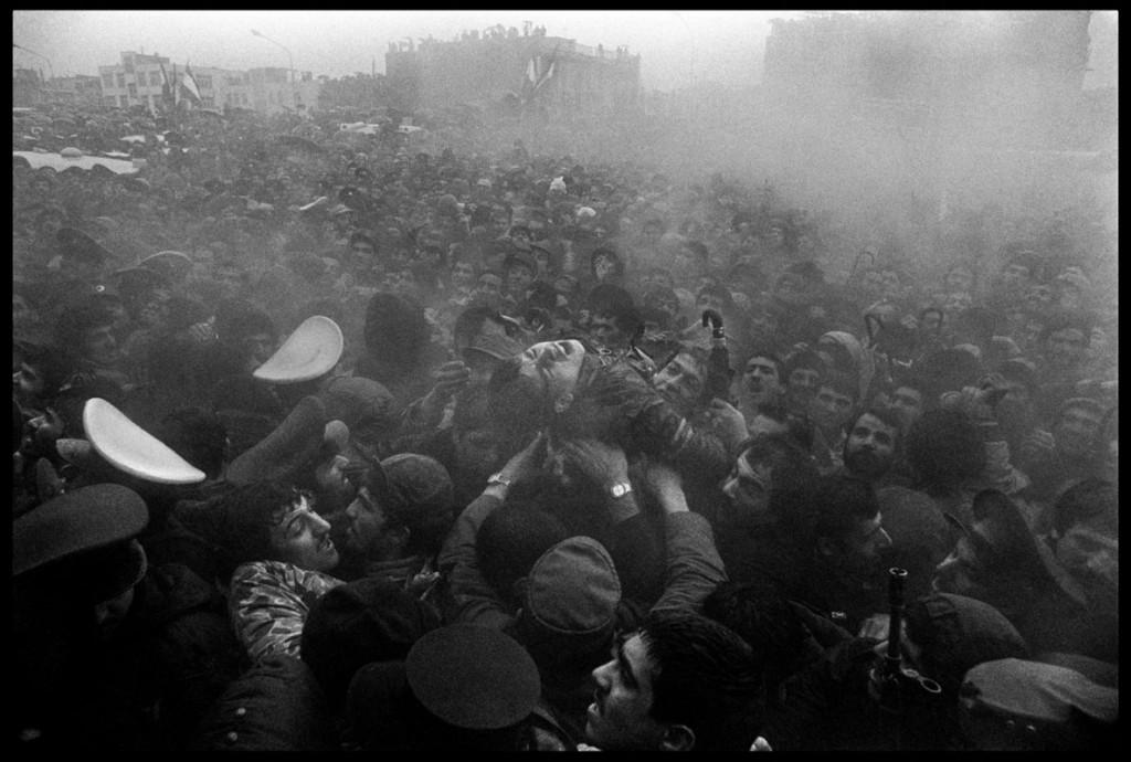 عباس عطار. در اولین سالگرد پیروزی انقلاب اسلامی، مردی جوان در اثر تراکم جمعیت از هوش رفته است، تهران، 22 بهمن 1358