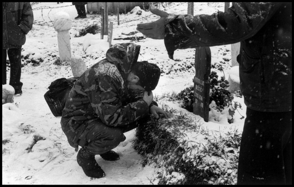 عباس عطار. یک سرباز بوسنیایی در قبرستان مسلمانان بر سر مزار همسر جوانش سوگواری میکند. او در حملات صربها کشته شد. سارایوو، 1993