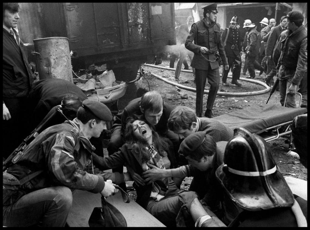 عباس عطار. زنی زخمی در اثر بمباران ارتش جمهوری ایرلند، ایرلند شمالی، بلفاست، ژوئن 1972