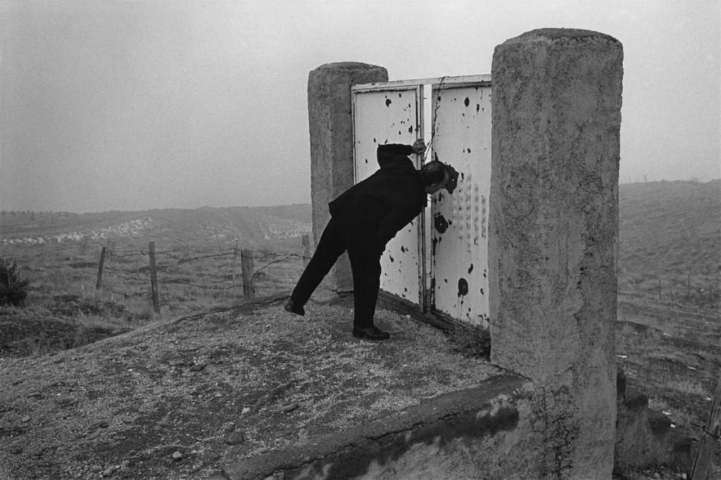 عباس عطار. عباس کیارستمی کارگردان در تپههای اطراف تهران، سر صحنهی فیلم «طعم گیلاس» (1376)