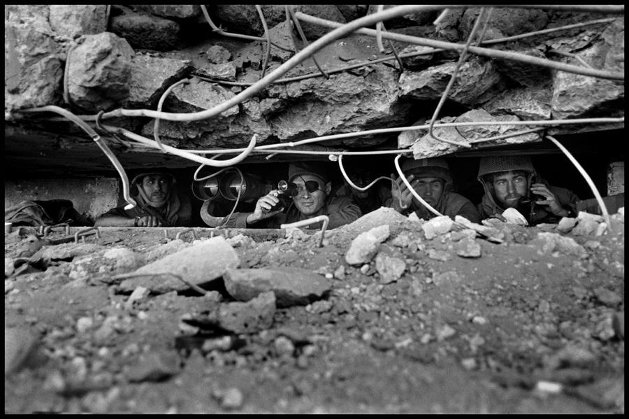 عباس عطار. موشه دایان در حال دیدبانی، مرز سوریه و اسرائیل، 11 اکتبر 1973