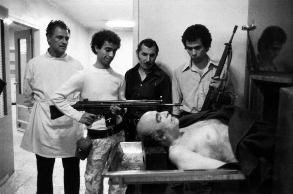 عباس عطار. تهران، 19 فروردین 1358 جسد امیر عباس هویدا نخست وزیر سابق حکومت شاه در سردخانه. او بلافاصله بعد از محکوم شدن به اعدام در دادگاه انقلاب به قتل رسید.