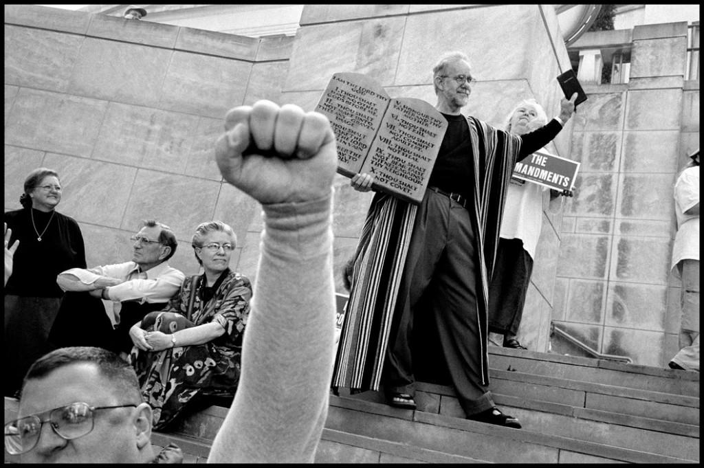 عباس عطار. مسیحی فاندامنتالیست در حال نشان دادن ده فرمان، آمریکا، آلاباما، منتگمری، 12 نوامبر 2003