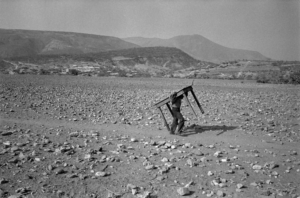 عباس عطار. مردی زیر میزی در صحرا، مکزیک، ایالت گرِرو، 1984