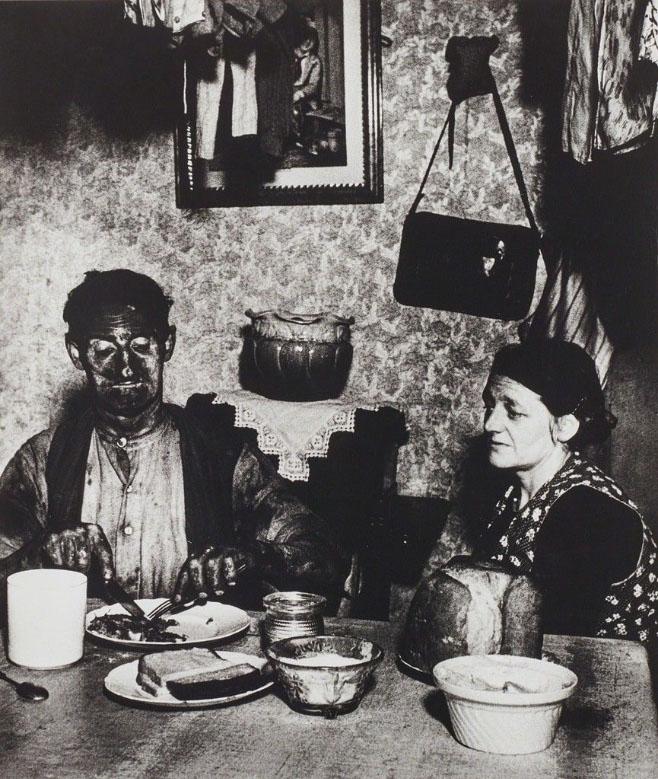 Bill Brandt. معدنچی نورتامبریایی در خانهاش مشغول خوردن عصرانه، 1937