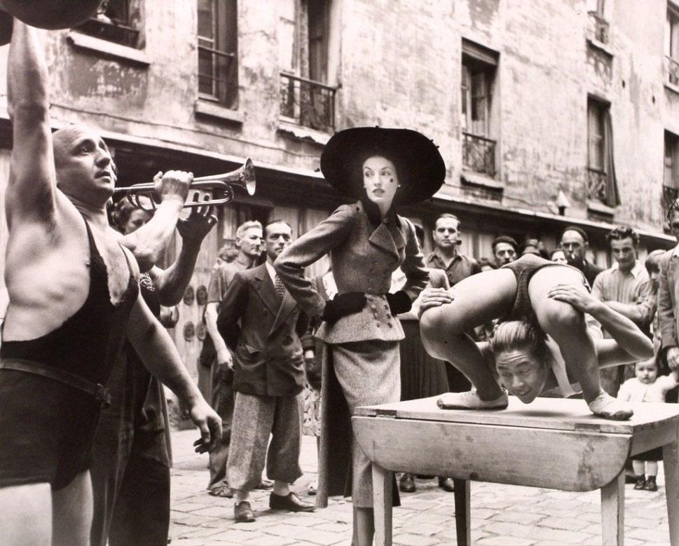 Richard Avedon. Elise Daniels به همراه نمایشگران خیابانی، پاریس، آگوست 1948