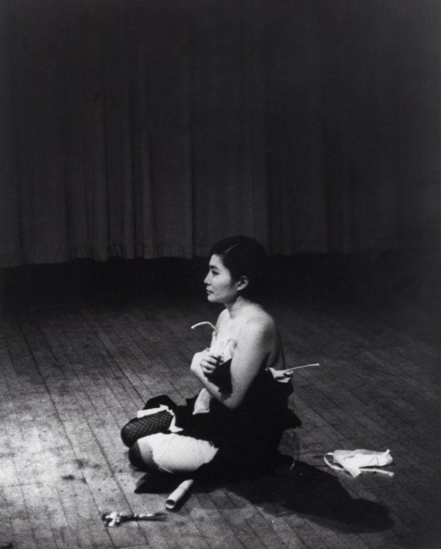 یوکو اونو. تکهتکه (1964) پرفورمنس یوکو اونو در Carnegie Recital، نیویورک، 21 مارس 1965، 1964 – 1965، «یوکو اونو: نمایش یک زن، 1960 – 1971» در موزه هنر مدرن، نیویورک (2015)