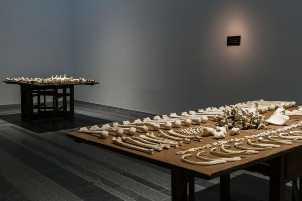 جنی هولزر. میز Lustmord، 1994، مرکز هنری پینچاک