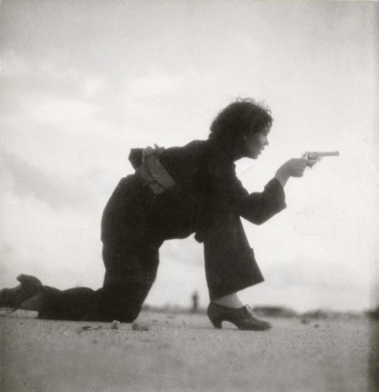 گردا تارو. یک زن نظامی در حال تمرین در سواحل بیرون بارسلونا، اسپانیا، آگوست 1936