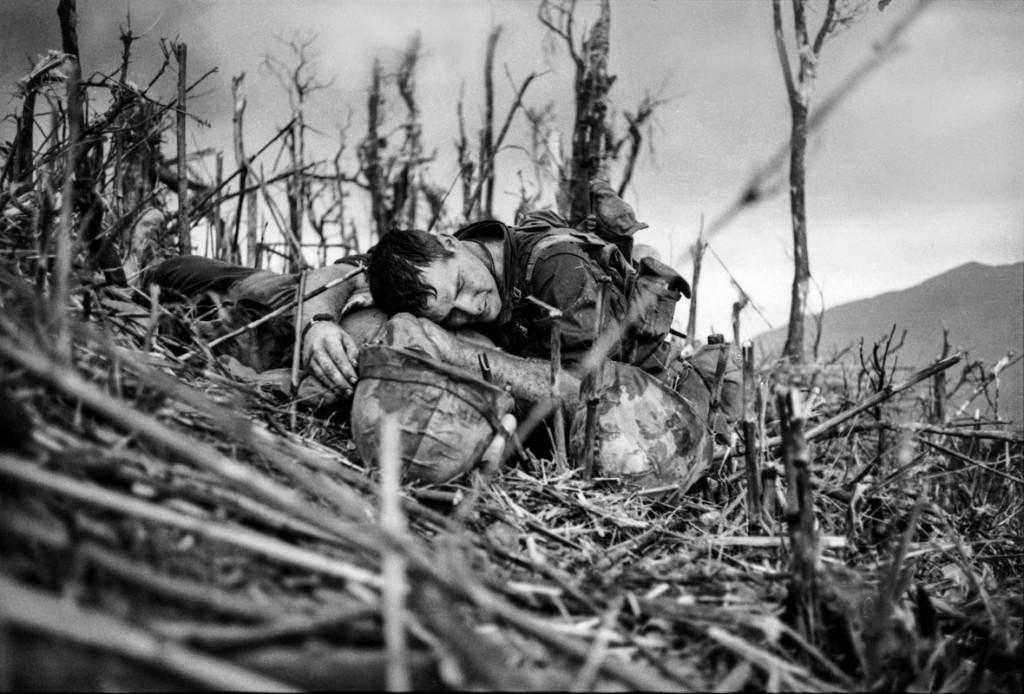 کاترین لوروئا. پزشکیار ورنن وایک در کنار همرزم در حال مرگش طی نبرد Battle of Hill 881، ویتنام جنوبی، 1967