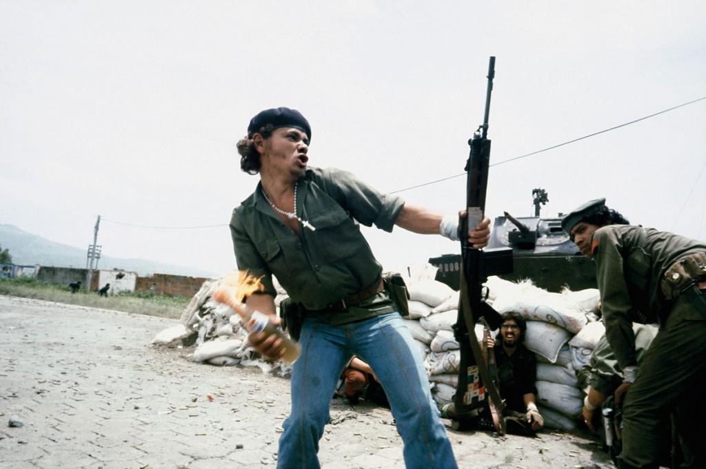 سوزان مایزلس. مردی در حال پرتاب مولوتوف، نیکاراگوئه، 16 جولای 1979