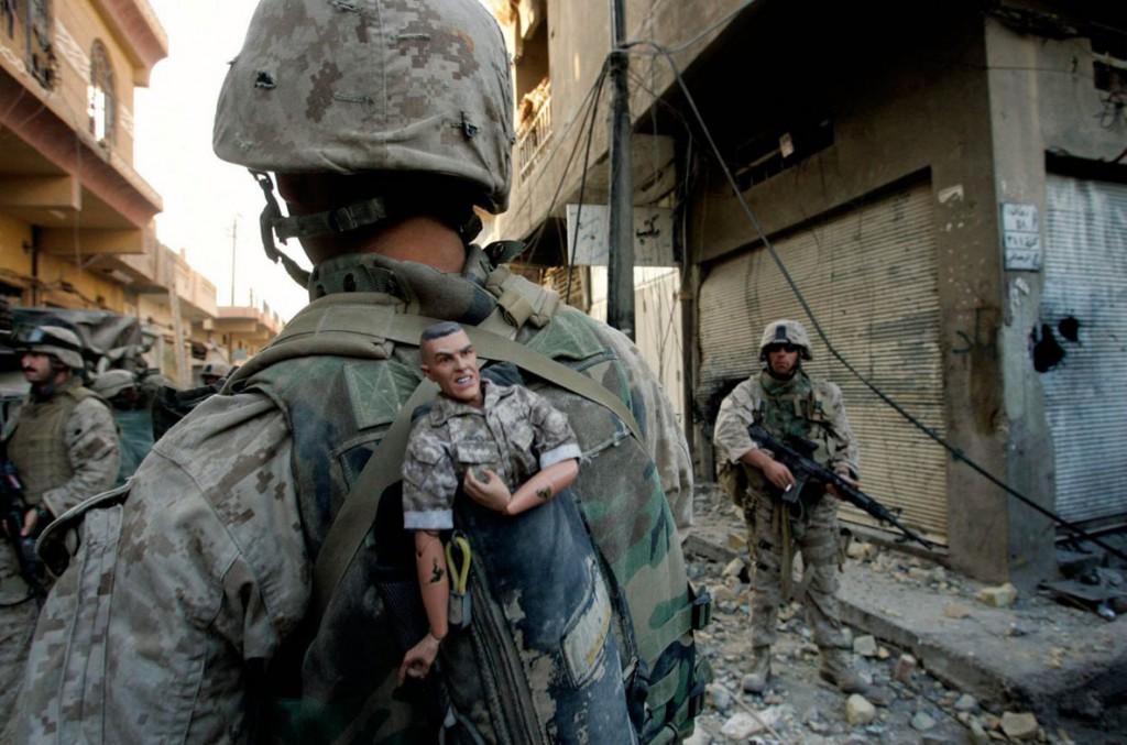 آنیا نیدرینگهاوس. تفنگدار دریایی آمریکایی عروسکی را برای خوشیمنی به پشتش بسته، فلوجه، عراق، 14 نوامبر 2004