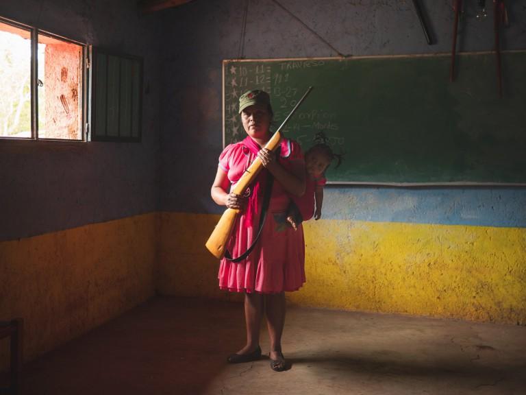 Alfredo Bosco. مادری که به نیروهای دفاعی روستا پیوسته. این روستا از اوایل سال 2019، مرتباً از سوی کارتلهای مواد مخدر مورد حمله قرار گرفته و ساکنان روستا مجبور شدهاند واکنش نشان دهند. گرّرو، مکزیک، 10 ژوئن 2019