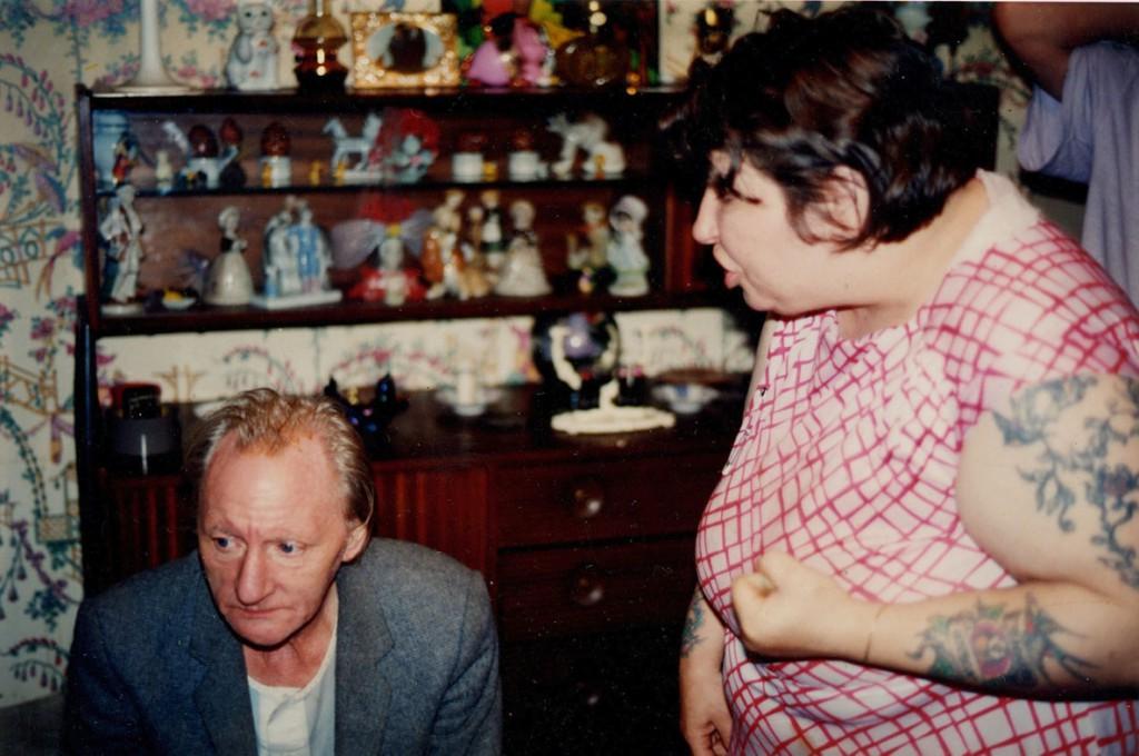 ریچارد بیلینگام. لیز مادر بیلینگام مشتش را بهسمت رِی، پدرش گرفته