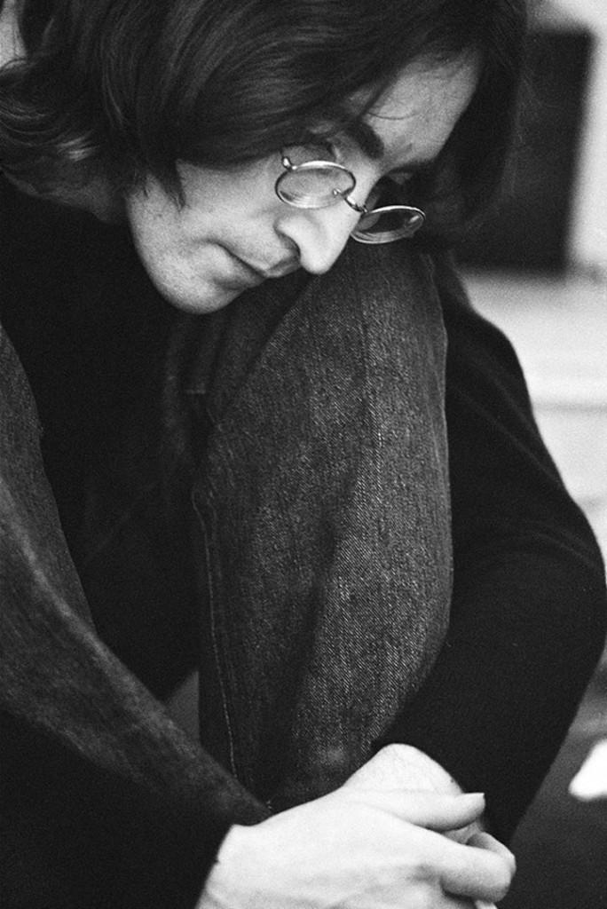 Ethan Russell. جان لنون در حال گوش دادن به «آلبوم سفید» از گروه بیتلز، لندن، 1968