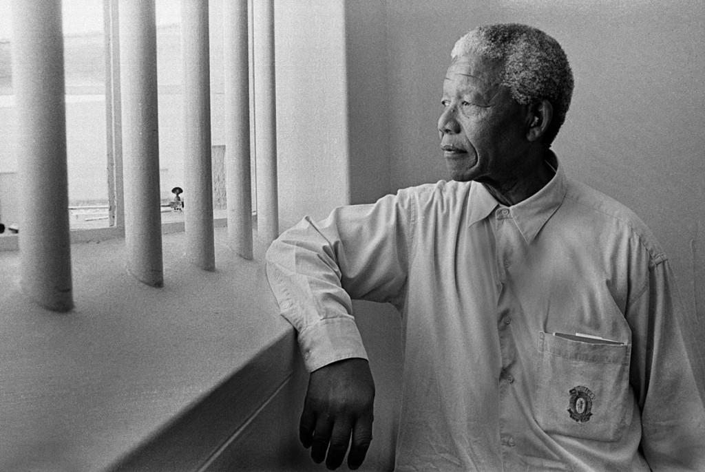 Jurgen Schadeberg. نلسون ماندلا در سلولش در جزیرهی رابن آیلند، آفریقای جنوبی، 1994
