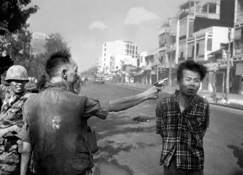 ادی ادمز. ژنرال ویتنام جنوبی نگویِن نگُک لُئان در حال شلیک به سر افسر ویتکنگ مظنون نگویِن وان لِم در خیابانی در سایگن، 1 فوریه 1968