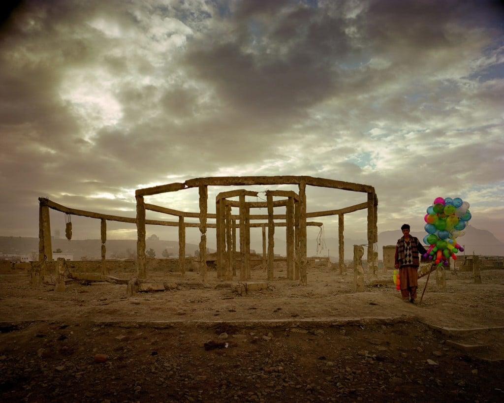 سایمن نُرفلک. قهوهخانهای در پارکی کنار نمایشگاه دستاوردهای اقتصادی و اجتماعی افغانستان، 2001