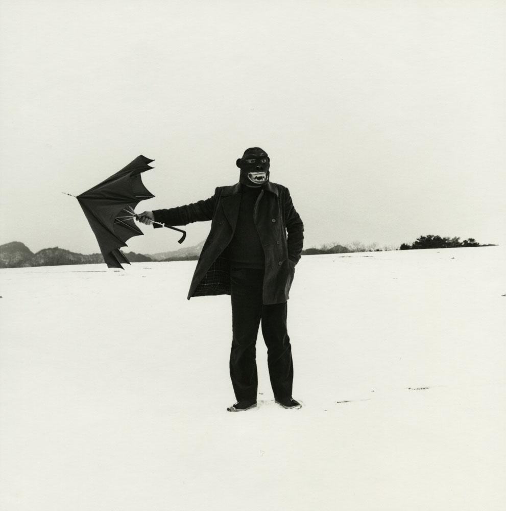 شوجی اوئدا. سلفپرتره با ماسک گوریل، 1975 – 1982