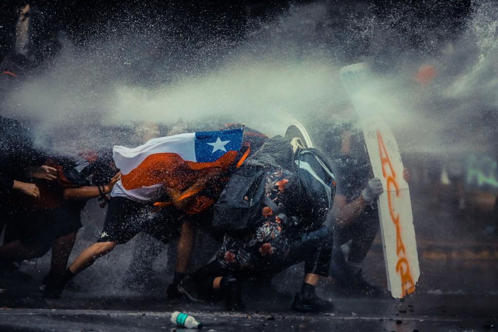 Javier Vergara از شیلی. مقاومت شیلی. یکی از 10 برگزیده مسابقه عکاسی برگزیده منتقدان لنزکالچر 2020